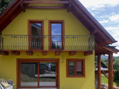 Novopostavená chata. Realizácia okná dvere v netradičnom prevedení  a povrchovej úprave